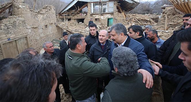 İçişleri Bakanı Soylu ile Sağlık Bakanı Koca depremde 6 evin yıkıldığı köyde incelemede bulundu