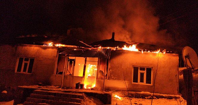 Cinnet getiren şahıs evini ateşe verdi