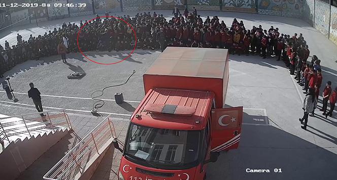 Müdürün öğrenciye tekme attığı anlar saniye saniye güvenlik kamerasına yansıdı
