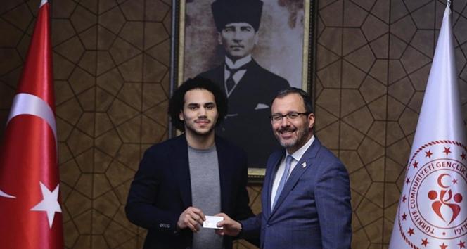 Shane Larkin, Türkiye Cumhuriyeti kimlik kartını Bakan Kasapoğlu'ndan aldı