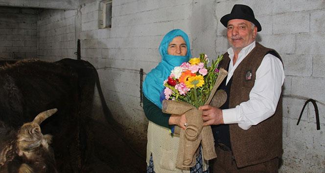 42 yıllık eşine ahırda Sevgililer Günü sürprizi