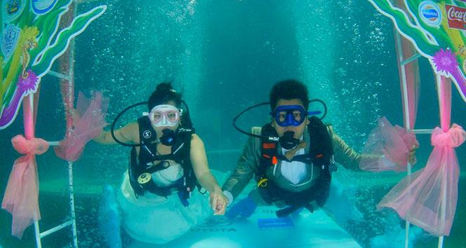 Su altında evlendiler