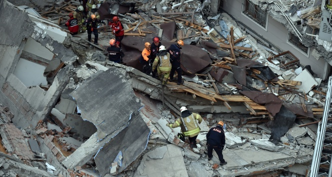 AFAD çöken binada hassas cihazlarla dinleme çalışması yaptı