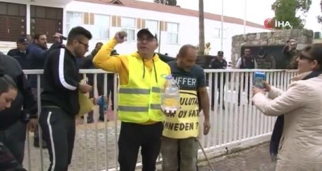 KKTC'de Meclis önünde deterjanlı eylem