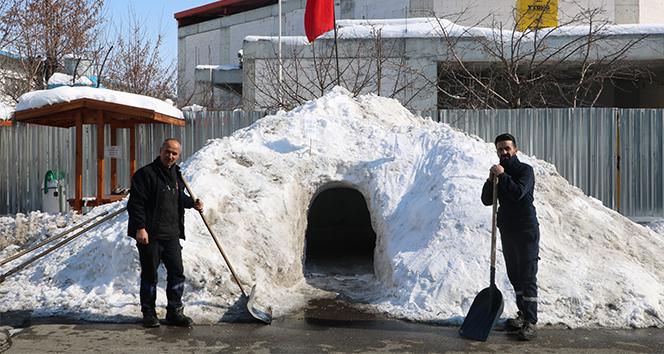 Fabrikanın bahçesine kardan ev yaptılar