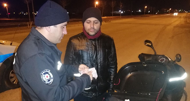 Motosikletli kurye yolda bulduğu içi para dolu cüzdanı polise teslim etti