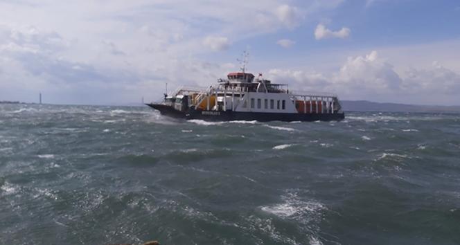 Çanakkale'de fırtınanın sürüklediği feribot karaya oturdu