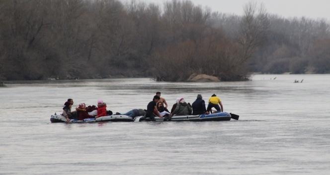 Meriç Nehri'ni yürüyerek, botla ve çocukları omuzlarında geçiyorlar