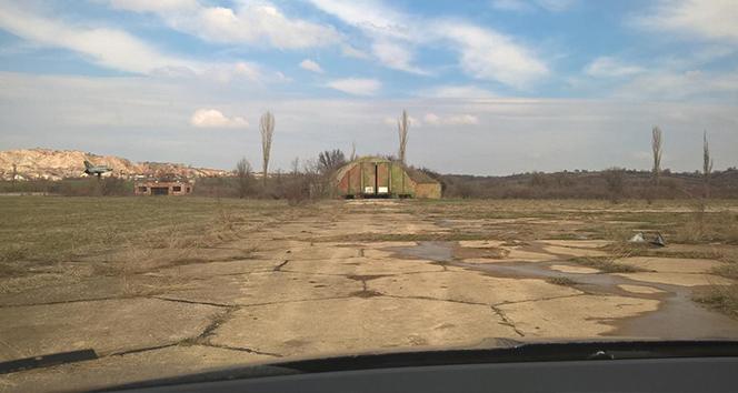 Bulgaristan, Türkiye'ye geçmeyi bekleyen tırlar için eski askeri havaalanını parka dönüştürüyor