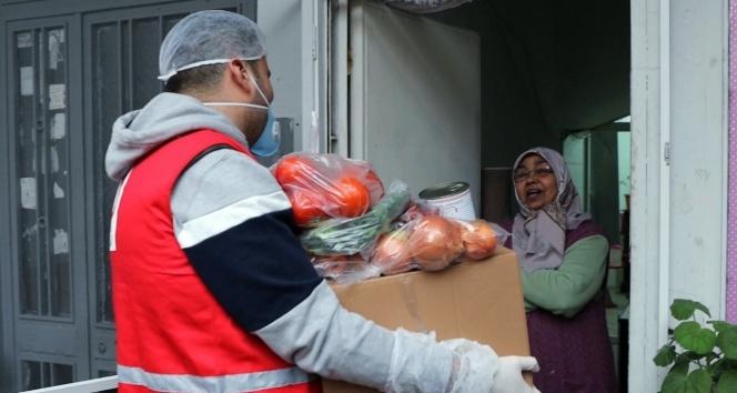 CZN Burak, dışarıya çıkamayan yüzlerce yaşlı vatandaşa yardım kolisi dağıttı
