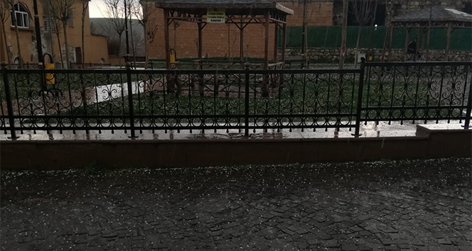 Silvan'da dolu yağışı hayatı felç etti