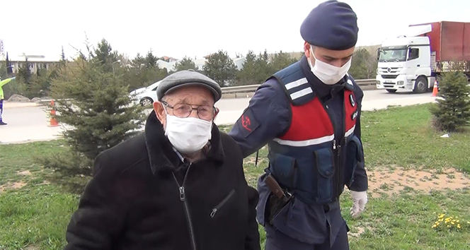 Uygulamadan haberi olmayan 75 yaşındaki vatandaşa jandarma yardım etti