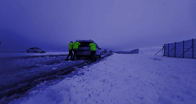 Elazığ'da kar etkili oldu, polis 'Evde kalın' uyarısı yaptı