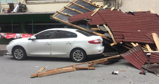 Gaziosmanpaşa'da şiddetli rüzgar çatı uçurdu