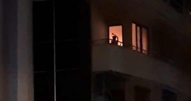 Anne ve babasını rehin alıp, evde yangın çıkardı