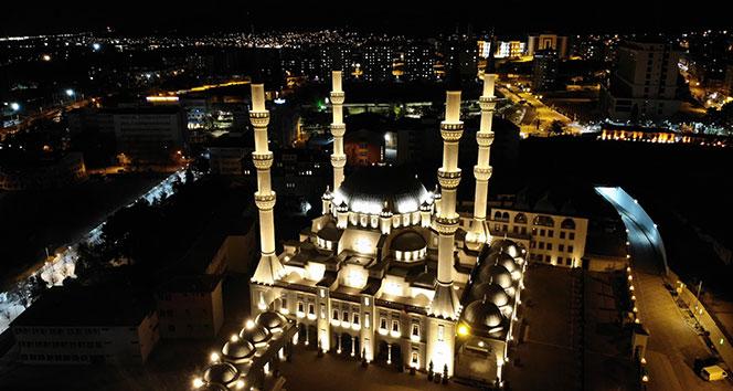 Berat Kandili'nde camilerden salgına karşı dualar yükseldi