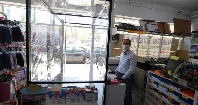 Korona virüse karşı dükkânına özel steril müşteri bölmesi yaptı