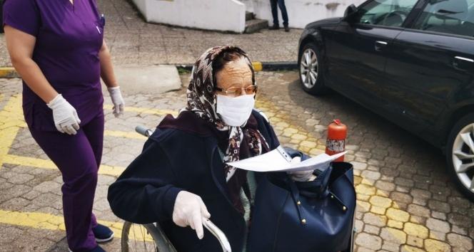 76 yaşındaki hipertansiyon hastası kadın koronayı yendi