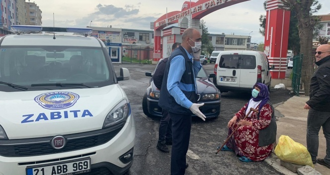 Sokağa çıkma yasağından habersiz olan 80 yaşındaki nineye Bağlar Belediyesi sahip çıktı