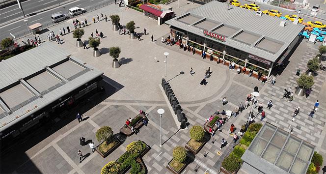 Alışveriş merkezinin önünde metrelerce kuyruk oluştu
