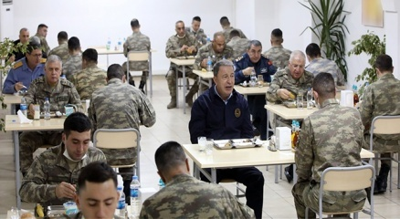 Bakan Akar ve komutanlar Ramazanın son iftarını sınırdaki komandolarla yaptı