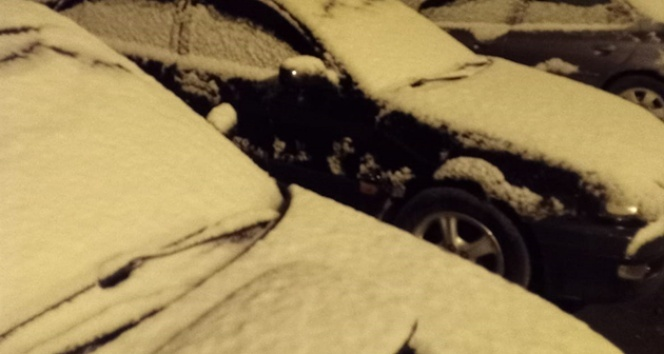 Mayıs ayında yağan kar her yeri beyaza bürüdü