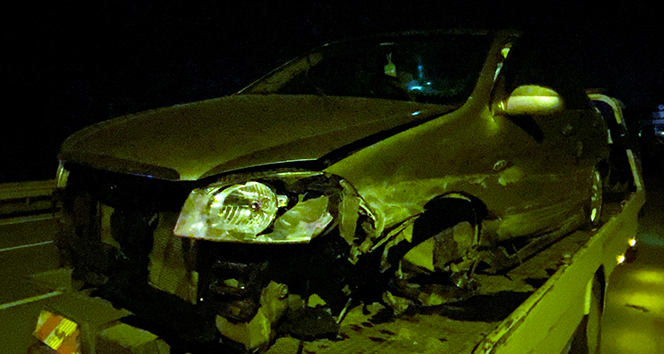 Boş kalan D-650 karayolunda kontrolden çıkan otomobil bariyerlere çarptı