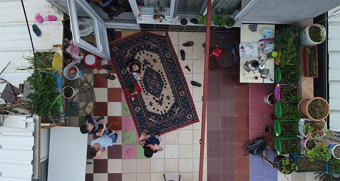 Bayramda evde kalan çocuklar teraslarından uçurtma uçurdu