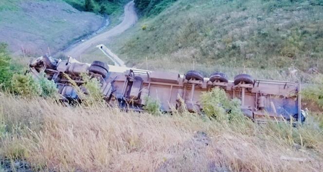 Kuzey Marmara Otoyolu'nda tır şarampole uçtu: 1 yaralı