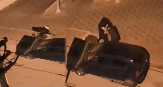 Genç kızların sokak ortasında saç saça baş başa kavgası