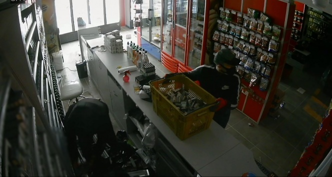 Silivri'de hırsızlar bir marketi 3 dakikada talan ettiği anlar kamerada
