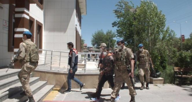 Özel bir bankayı 5 milyon lira zarara uğratan 53 şüpheli gözaltına alındı