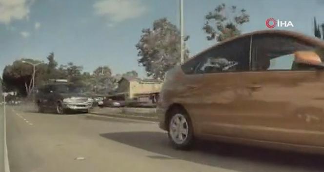 ABD'de ilginç trafik kazası araç kamerası tarafından kaydedildi
