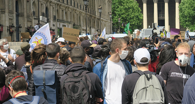 Fransa'da Floyd cinayeti protesto edildi