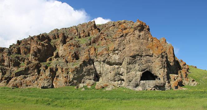 3 bin yıllık kaya mezarlığına jeneratör götürüp, spiral ile taşları kestiler