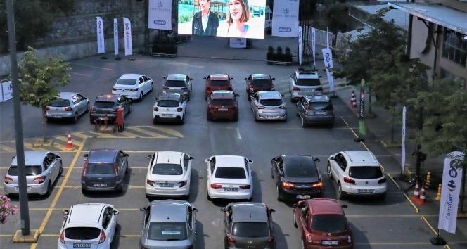 """Arabalı açık hava sinemasında beyaz perdeye """"Bizim için Şampiyon"""" yansıdı"""