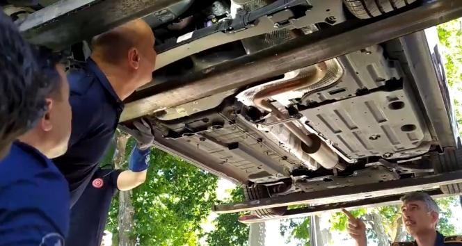 Fatih'te otomobile giren yılan itfaiyeyi alarma geçirdi