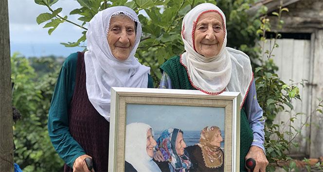 İkiz kalan nineler, 4 ay sonra kardeşlerinin mezarını ziyaret etti