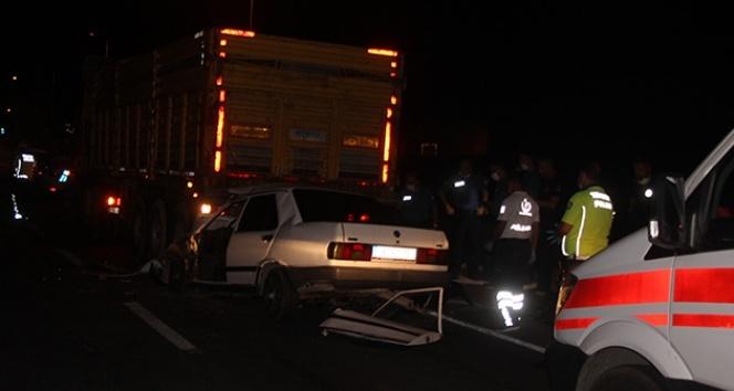 Tıra arkadan çarpan otomobil hurdaya döndü: 1 ölü 1 yaralı