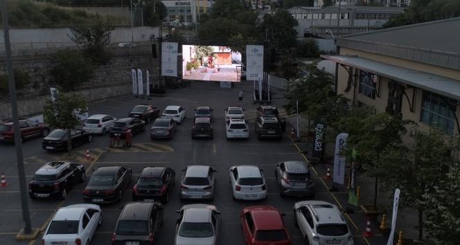 """Arabalı açık hava sinemasında bu hafta """"Olanlar Oldu"""" izlendi"""