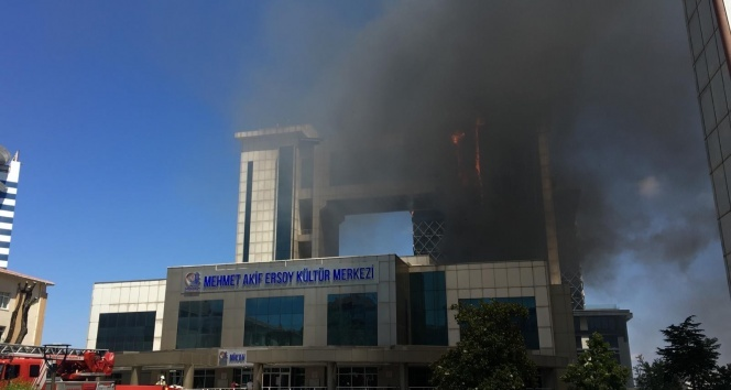 Bayrampaşa'da Mehmet Akif Ersoy Kültür Merkezi'nde yangın!