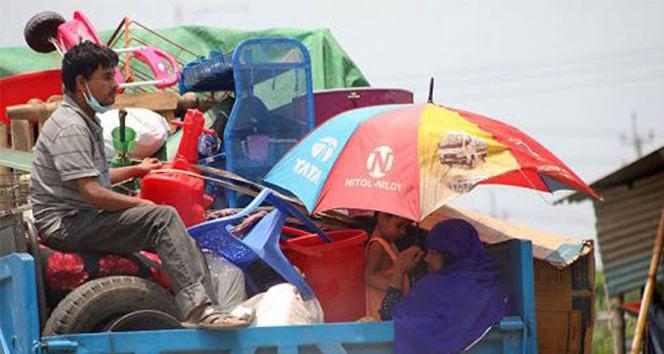 Bangladeş'te salgın nedeniyle işsiz kalan binlerce kişi başkenti terk ediyor