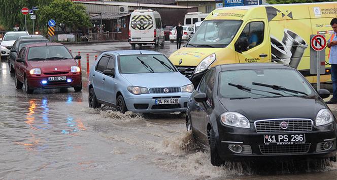 Kocaeli'de 1 saatlik sağanak yağış iş yerlerini sular altında bıraktı