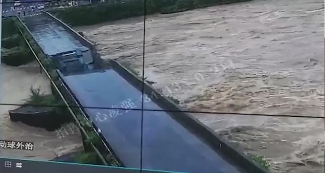 Çin'de 480 yıllık köprü yerle bir oldu