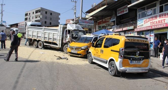 Freni patlayan kamyonet 3 aracı biçtikten sonra durabildi: 2 yaralı
