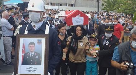 Şehit eşinin üniforması ile törene katıldı