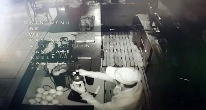 İstanbul'da hırsızlık için girdiği iş yerinde 'portakal suyu' sıkan hırsız kamerada