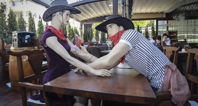 Korona virüse karşı kovboy kostümlü cansız mankenli önlem