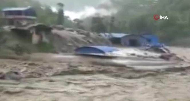 Nepal'de toprak kaymalarında ölü sayısı 22'ye yükseldi