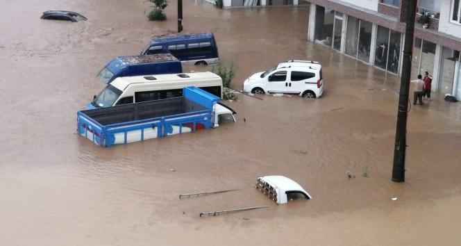 Şairler Deresi yolu trafiğe kapattı! Araçlar sular altında kaldı